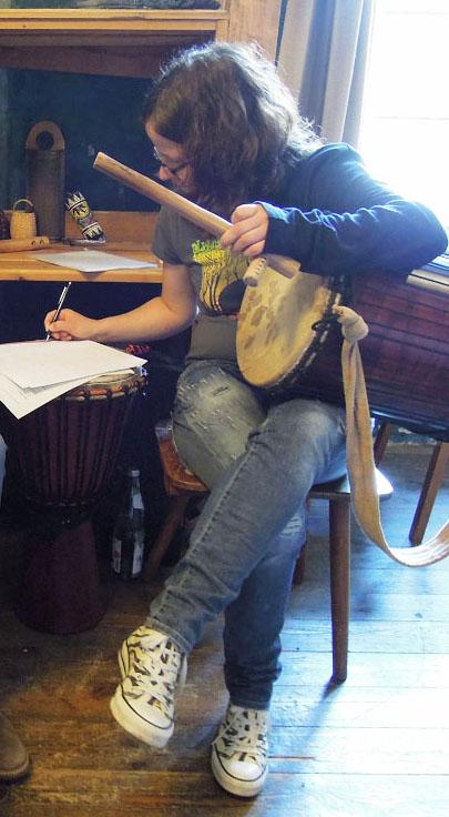 Typisch Trommelunterricht: Alle Hände voll zu tun.